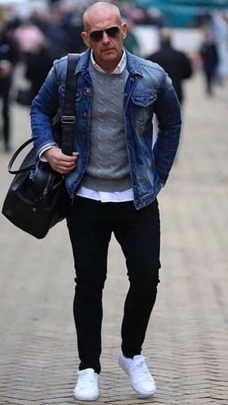 Cómo combinar: chaqueta vaquera azul, jersey con cuello circular gris, camisa de vestir blanca, vaqueros pitillo negros