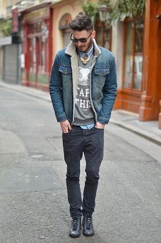 Cómo combinar: chaqueta vaquera azul, jersey con cuello circular estampado gris, camisa vaquera celeste, vaqueros pitillo negros