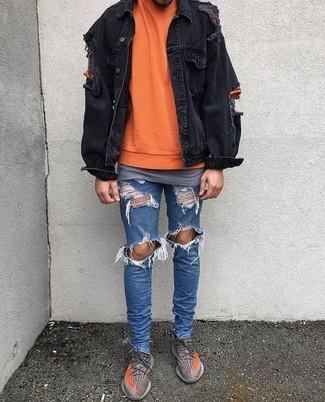 Cómo combinar: chaqueta vaquera negra, jersey con cuello circular naranja, camiseta con cuello circular gris, vaqueros pitillo desgastados azules