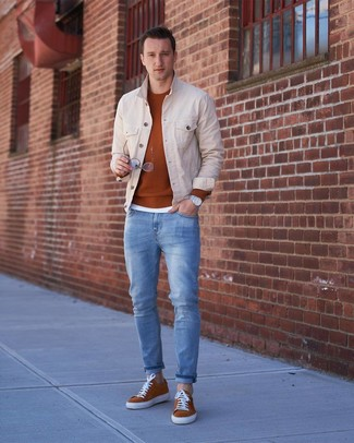 Cómo combinar: chaqueta vaquera en beige, jersey con cuello circular en tabaco, camiseta con cuello circular blanca, vaqueros celestes
