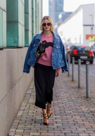 Cómo combinar: chaqueta vaquera azul, jersey con cuello circular estampado rosado, falda pantalón negra, zapatos de tacón de cuero en marrón oscuro