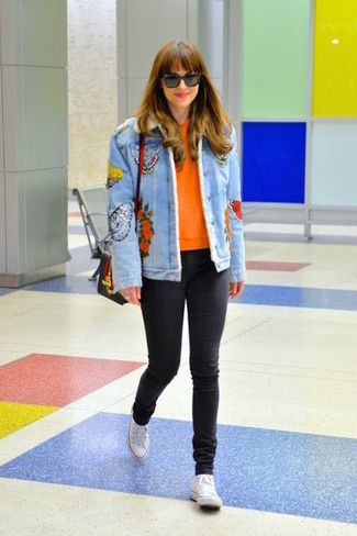 Cómo combinar: chaqueta vaquera bordada celeste, jersey con cuello circular naranja, vaqueros pitillo negros, zapatillas altas de lona blancas