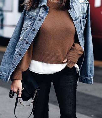 Cómo combinar: chaqueta vaquera azul, jersey corto marrón, camiseta con cuello circular blanca, vaqueros pitillo negros