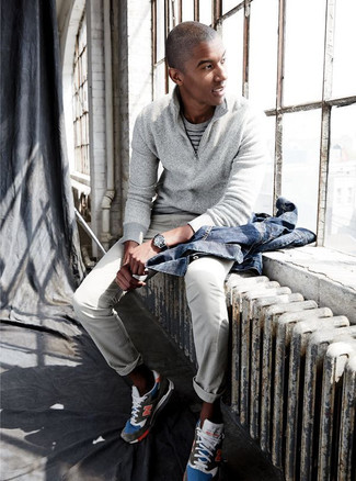 Cómo combinar: chaqueta vaquera azul, jersey de cuello alto con cremallera gris, camiseta con cuello circular de rayas horizontales gris, pantalón chino gris