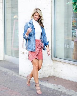 Cómo combinar: chaqueta vaquera azul, jersey de cuello alto blanco, minifalda de terciopelo rosada, sandalias de tacón de ante en beige