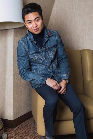 Cómo combinar: chaqueta vaquera azul marino, jersey de cuello alto azul marino, pantalón de vestir azul marino, zapatos derby de cuero marrónes
