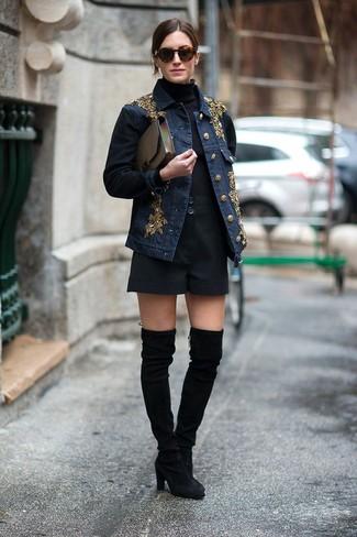 Muestra tu lado lúdico con una chaqueta vaquera con adornos azul marino y unos pantalones cortos. Botas sobre la rodilla de ante negras son una forma sencilla de mejorar tu look.