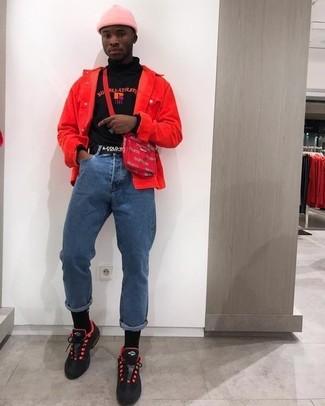 Cómo combinar: chaqueta vaquera roja, jersey de cuello alto estampado negro, vaqueros azules, deportivas en rojo y negro