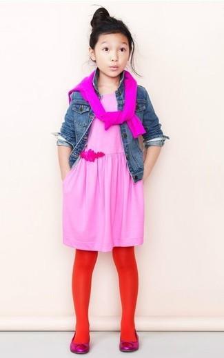 Cómo combinar: chaqueta vaquera azul, jersey rosa, vestido rosado, bailarinas rosa