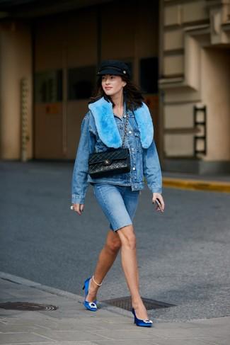 Cómo combinar: chaqueta vaquera azul, mallas ciclistas vaqueras azules, zapatos de tacón de satén con adornos azules, bolso de hombre de cuero acolchado negro