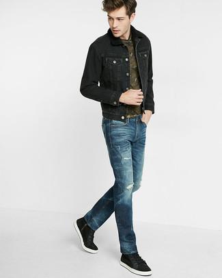 Cómo combinar: chaqueta vaquera negra, camiseta con cuello circular de camuflaje verde oliva, vaqueros azul marino, tenis negros
