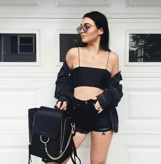 Intenta combinar una chaqueta vaquera negra con unos pantalones cortos vaqueros negros de Topshop para un look diario sin parecer demasiado arreglada.