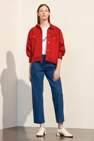 Cómo combinar: chaqueta vaquera roja, camiseta con cuello circular estampada en blanco y negro, pantalones anchos vaqueros azules, zapatos oxford de cuero blancos