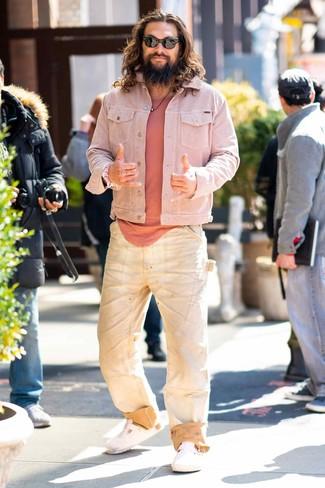 Cómo combinar: chaqueta vaquera rosada, camiseta con cuello circular rosada, vaqueros en beige, sandalias de cuero blancas