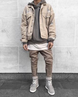 Cómo combinar: chaqueta vaquera en beige, sudadera con capucha gris, camiseta con cuello circular blanca, vaqueros marrón claro