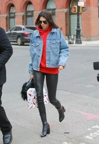 Cómo combinar: chaqueta vaquera celeste, sudadera con capucha roja, leggings de cuero negros, botas a media pierna de cuero negras