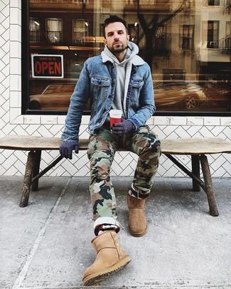 Cómo combinar: chaqueta vaquera azul, sudadera con capucha gris, pantalón cargo de camuflaje verde oliva, botas ugg marrón claro