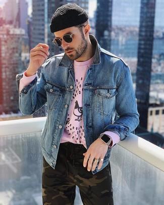 Cómo combinar: chaqueta vaquera azul, sudadera estampada rosada, pantalón chino de camuflaje verde oliva, gorro negro