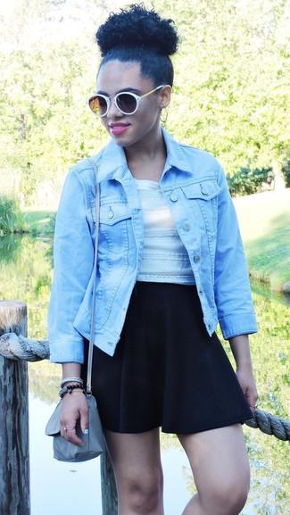 Cómo combinar: chaqueta vaquera celeste, top corto de encaje blanco, falda skater negra, bolso bandolera de cuero gris
