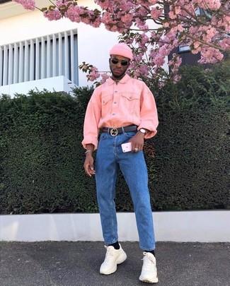 Cómo combinar: chaqueta vaquera rosada, vaqueros azules, deportivas en beige, gorro rosado
