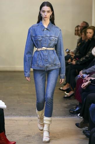 Cómo combinar: chaqueta vaquera azul, vaqueros azules, sandalias de tacón de cuero en beige, cinturón de cuero en beige