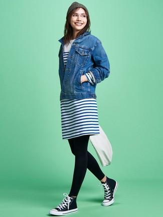 Cómo combinar: chaqueta vaquera azul, vestido casual de rayas horizontales en blanco y azul marino, leggings negros, zapatillas altas de lona en negro y blanco