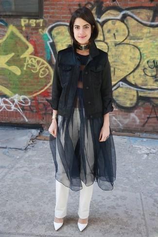 Cómo combinar: chaqueta vaquera negra, vestido de vuelo de malla negro, vaqueros blancos, zapatos de tacón de cuero blancos