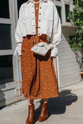 Cómo combinar: chaqueta vaquera blanca, vestido midi de lino a lunares en tabaco, botines de cuero marrónes, bolso bandolera de cuero blanco