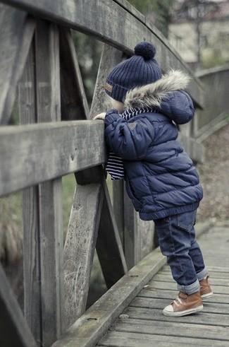 Cómo combinar: chaqueta azul marino, vaqueros azul marino, botas marrónes, gorro azul marino
