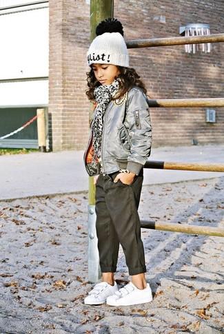 Cómo combinar: chaqueta gris, vaqueros negros, zapatillas blancas, gorro blanco