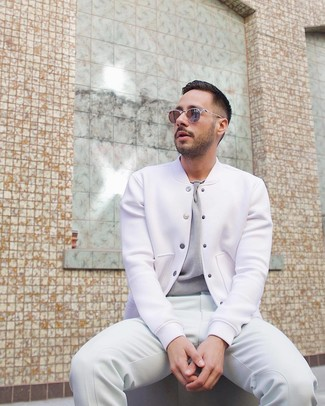 Cómo combinar: chaqueta varsity blanca, camiseta con cuello circular gris, pantalón de chándal blanco