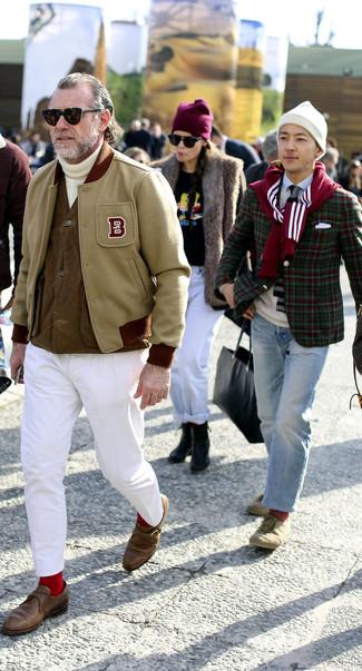 Cómo combinar: chaqueta varsity en beige, chaleco de abrigo marrón, jersey de cuello alto de punto blanco, pantalón chino blanco