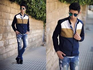 Cómo combinar: chaqueta varsity en azul marino y blanco, camisa de manga larga de cuadro vichy celeste, vaqueros desgastados azules, botas casual de cuero negras