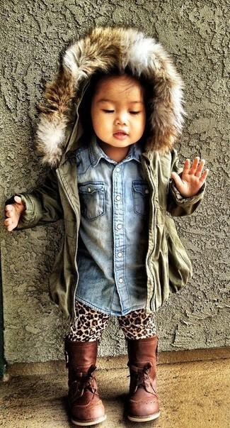 Cómo combinar: chaqueta verde oliva, camisa de vestir vaquera celeste, leggings de leopardo marrón claro, botas marrónes