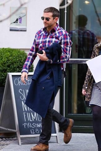 Cómo combinar: chaquetón azul marino, camisa de manga larga de tartán en blanco y rojo y azul marino, vaqueros negros, zapatos derby de ante marrónes