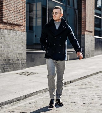 Cómo combinar: chaquetón azul marino, jersey de cuello alto gris, pantalón de vestir de lana gris, botines chelsea de cuero en marrón oscuro