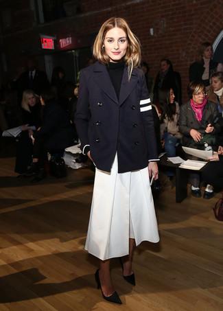 Cómo combinar: chaquetón azul marino, jersey de cuello alto negro, falda pantalón blanca, zapatos de tacón de ante negros