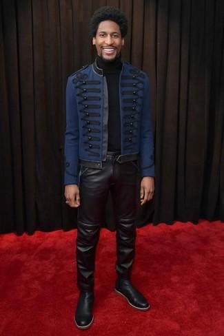 Cómo combinar: chaquetón bordado azul marino, jersey de cuello alto negro, vaqueros de cuero negros, botines chelsea de cuero negros