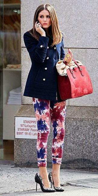 Cómo combinar: chaquetón azul marino, vaqueros pitillo efecto teñido anudado en multicolor, zapatos de tacón de cuero estampados en negro y blanco, bolsa tote de cuero roja