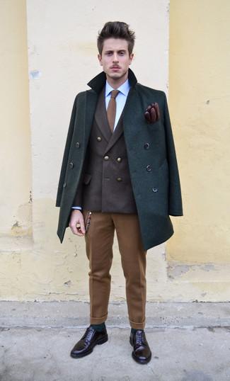 Cómo combinar: chaquetón verde oscuro, blazer cruzado en marrón oscuro, camisa de vestir azul, pantalón de vestir de lana marrón