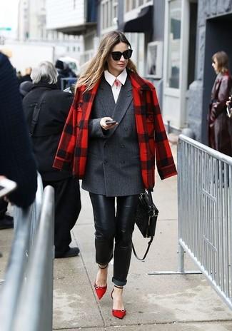 Cómo combinar: chaquetón de tartán rojo, blazer cruzado en gris oscuro, camisa de vestir blanca, vaqueros pitillo de cuero negros
