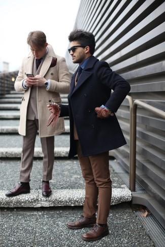 Cómo combinar: chaquetón negro, blazer cruzado de lana marrón claro, camisa vaquera azul, pantalón de vestir marrón