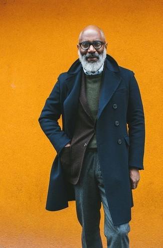 Cómo combinar: chaquetón azul marino, blazer de lana en marrón oscuro, jersey con cuello circular verde oscuro, camisa de vestir de rayas verticales celeste