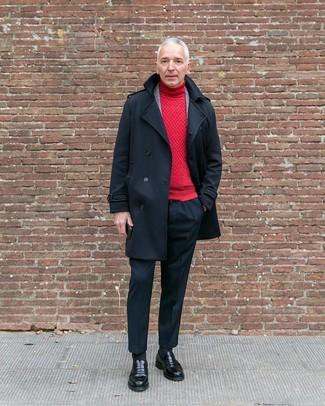 Cómo combinar: chaquetón negro, blazer de lana de tartán gris, jersey de cuello alto rojo, pantalón de vestir negro