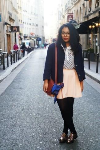 Cómo combinar: chaquetón azul marino, blusa de manga corta estampada en beige, falda skater en beige, zapatos oxford de cuero en marrón oscuro