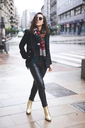 Cómo combinar: chaquetón negro, blusa de manga larga verde oscuro, pantalones pitillo de cuero negros, botines de cuero dorados
