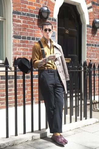 Cómo combinar: chaquetón en beige, camisa de manga larga de rayas verticales mostaza, pantalón de vestir negro, zapatos oxford de cuero morado oscuro