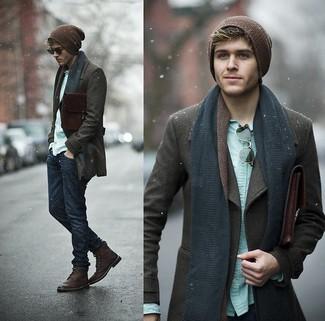 Perfecciona el look casual elegante en un chaquetón marrón oscuro y unos vaqueros azul marino. Botas de cuero burdeos son una sencilla forma de complementar tu atuendo.