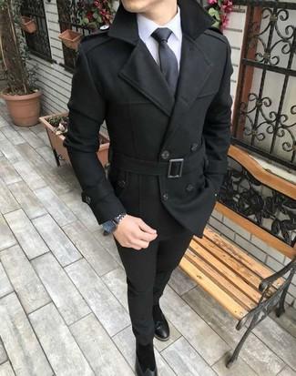 Cómo combinar: chaquetón negro, camisa de vestir blanca, pantalón chino negro, botines chelsea de ante negros