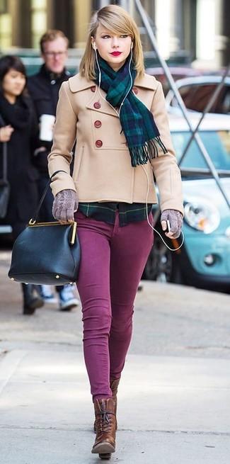 Cómo combinar: chaquetón en beige, camisa de vestir de tartán en azul marino y verde, vaqueros pitillo morado, botines con cordones de cuero en marrón oscuro